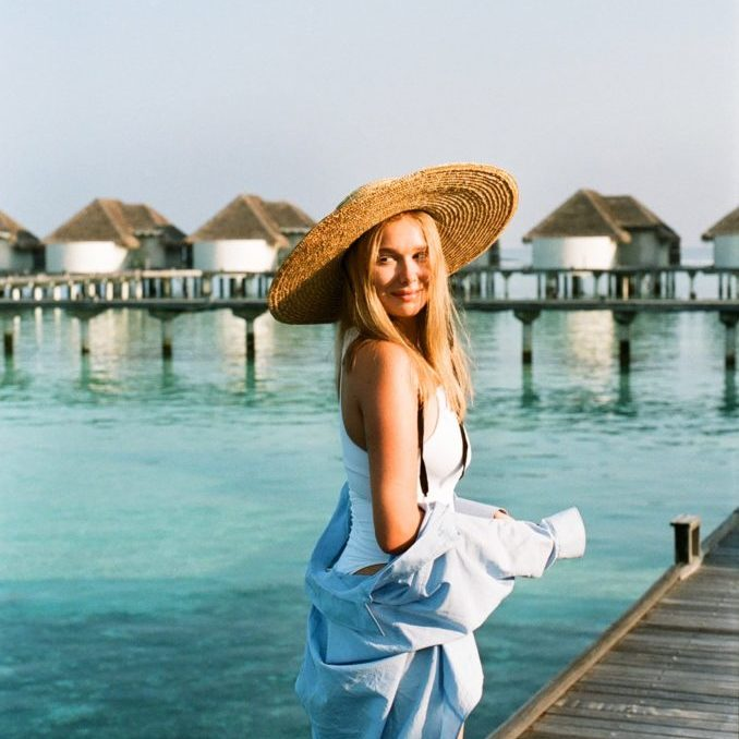 lady in sunhat by the water